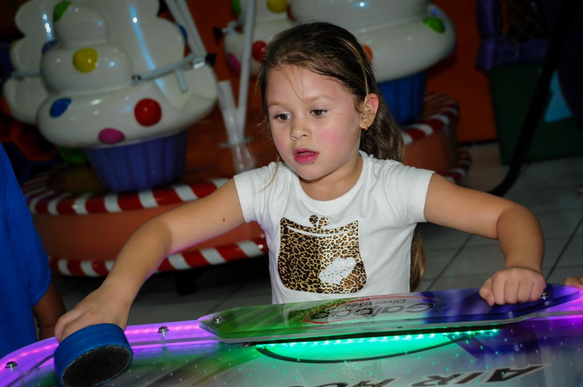 jogando futebol na Festa infantil fotografia infantil aniversário de Arthur 10 anos e Marina 8 anos, buffet Magic Joy, Saude, SP, tema da festa cartoon