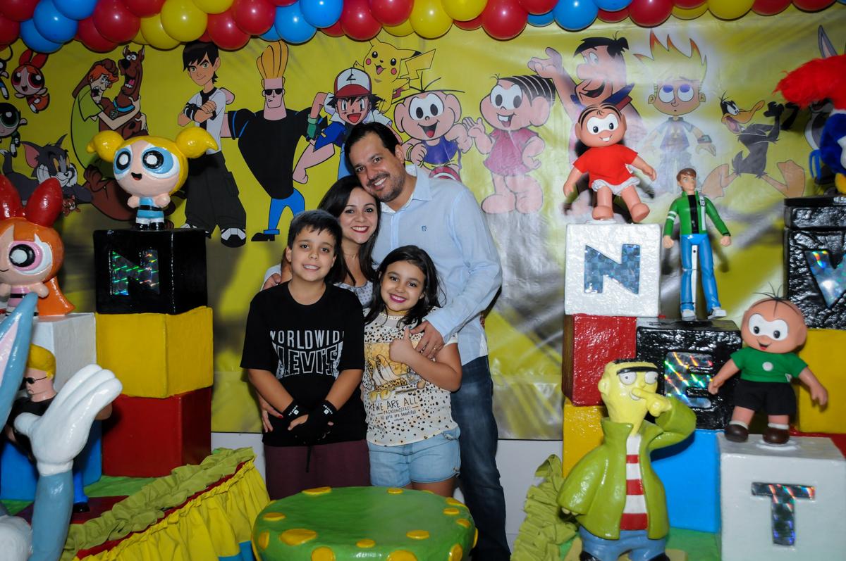 Família feliz na Festa infantil fotografia infantil aniversário de Arthur 10 anos e Marina 8 anos, buffet Magic Joy, Saude, SP, tema da festa cartoon
