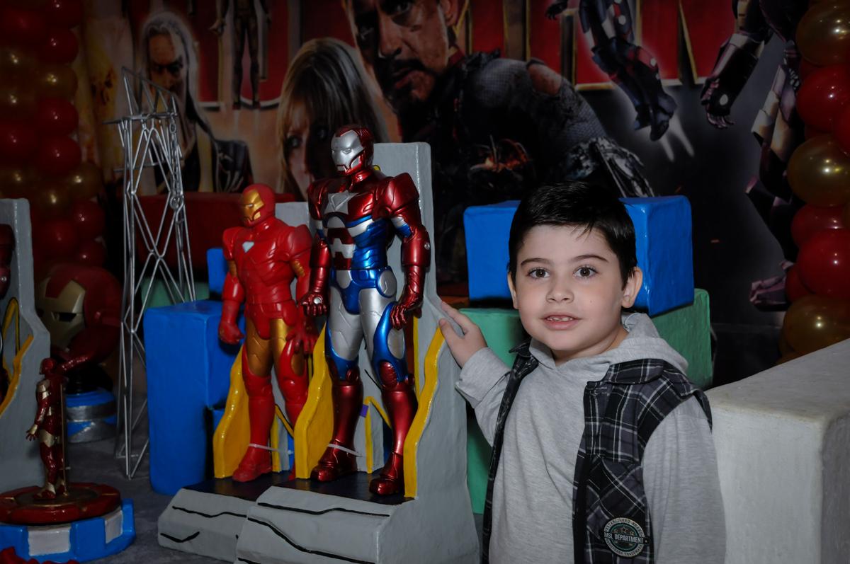 fotografia ao lado dos personagens no Buffet infantil  Fábrica da Alegria, osaco, SP, fotografia infantil do aniversário de Adrian 7 anos, tema da festa Iron Man