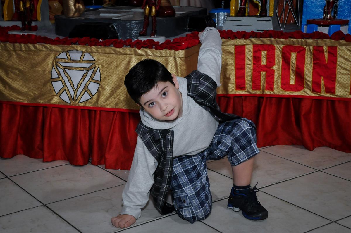 Alegria na hora da foto no Buffet infantil  Fábrica da Alegria, osaco, SP, fotografia infantil do aniversário de Adrian 7 anos, tema da festa Iron Man