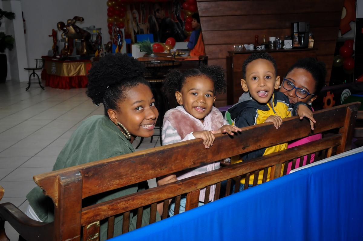 fotografia dos amigos no Buffet infantil  Fábrica da Alegria, osaco, SP, fotografia infantil do aniversário de Adrian 7 anos, tema da festa Iron Man