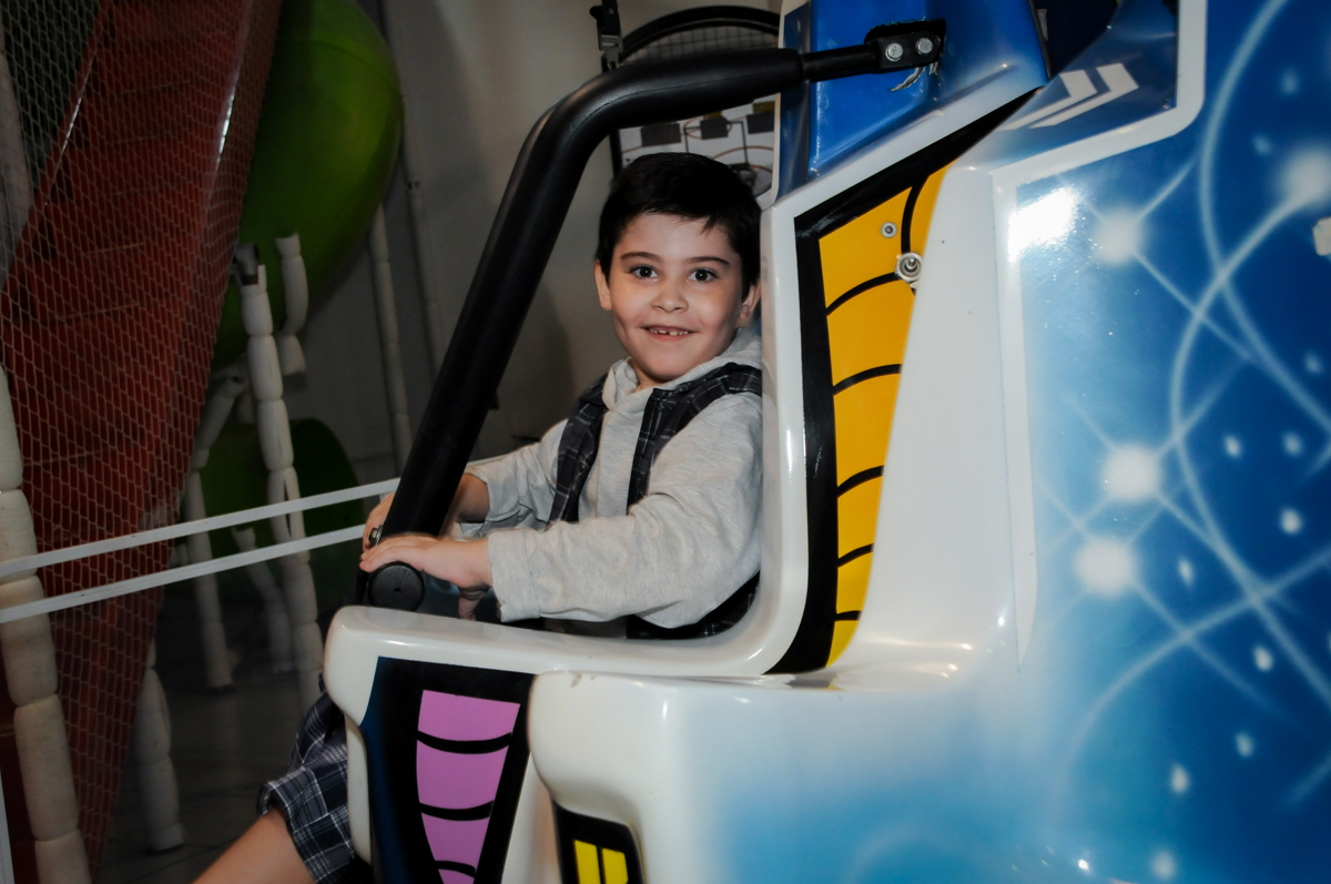 brincando no brinquedo elevador no Buffet infantil  Fábrica da Alegria, osaco, SP, fotografia infantil do aniversário de Adrian 7 anos, tema da festa Iron Man