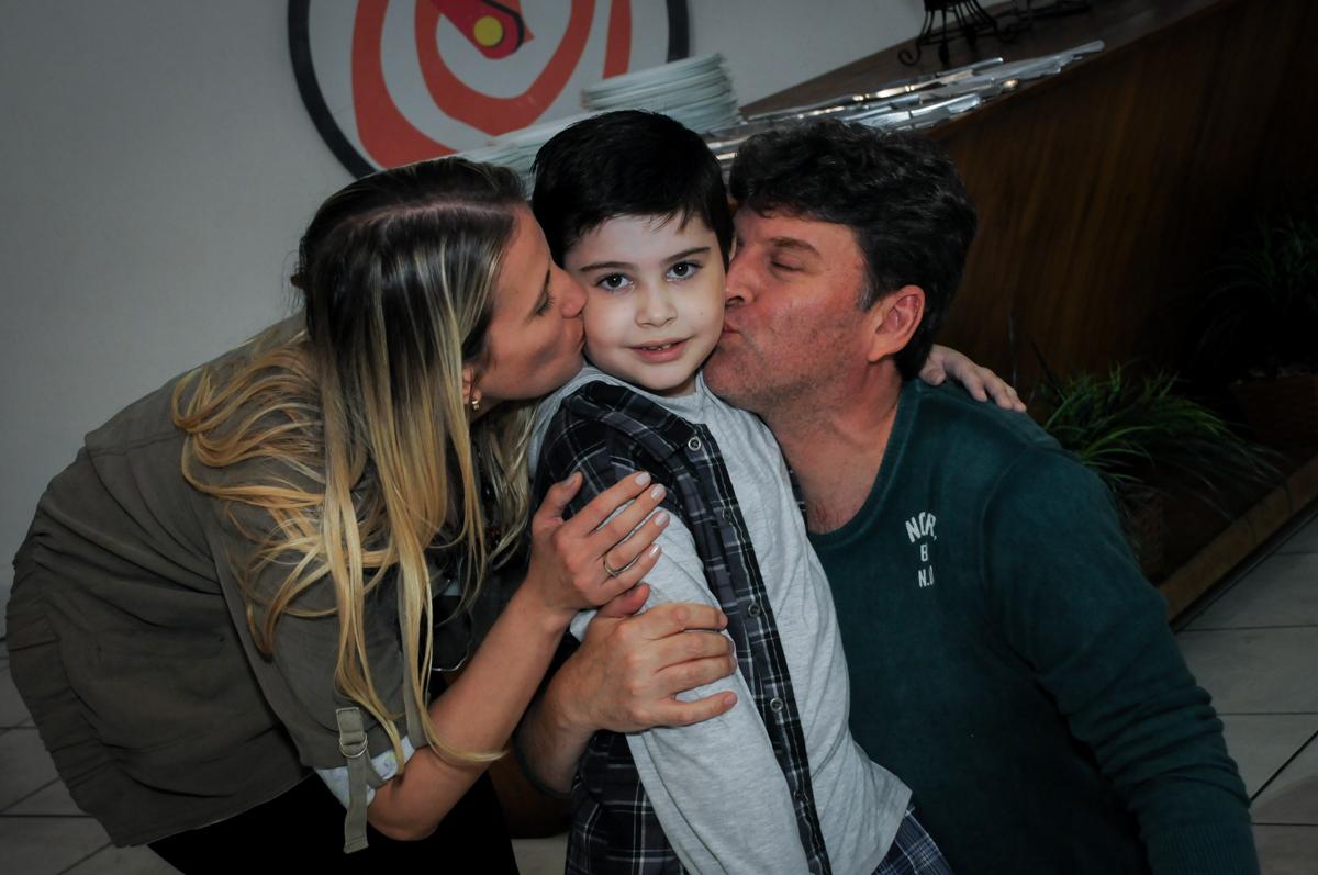 beijo sanduiche no Buffet infantil  Fábrica da Alegria, osaco, SP, fotografia infantil do aniversário de Adrian 7 anos, tema da festa Iron Man
