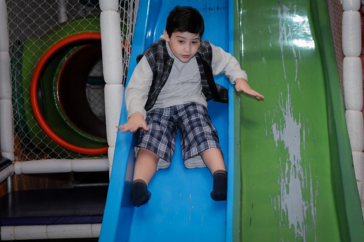 escorregador divertido no Buffet infantil  Fábrica da Alegria, osaco, SP, fotografia infantil do aniversário de Adrian 7 anos, tema da festa Iron Man