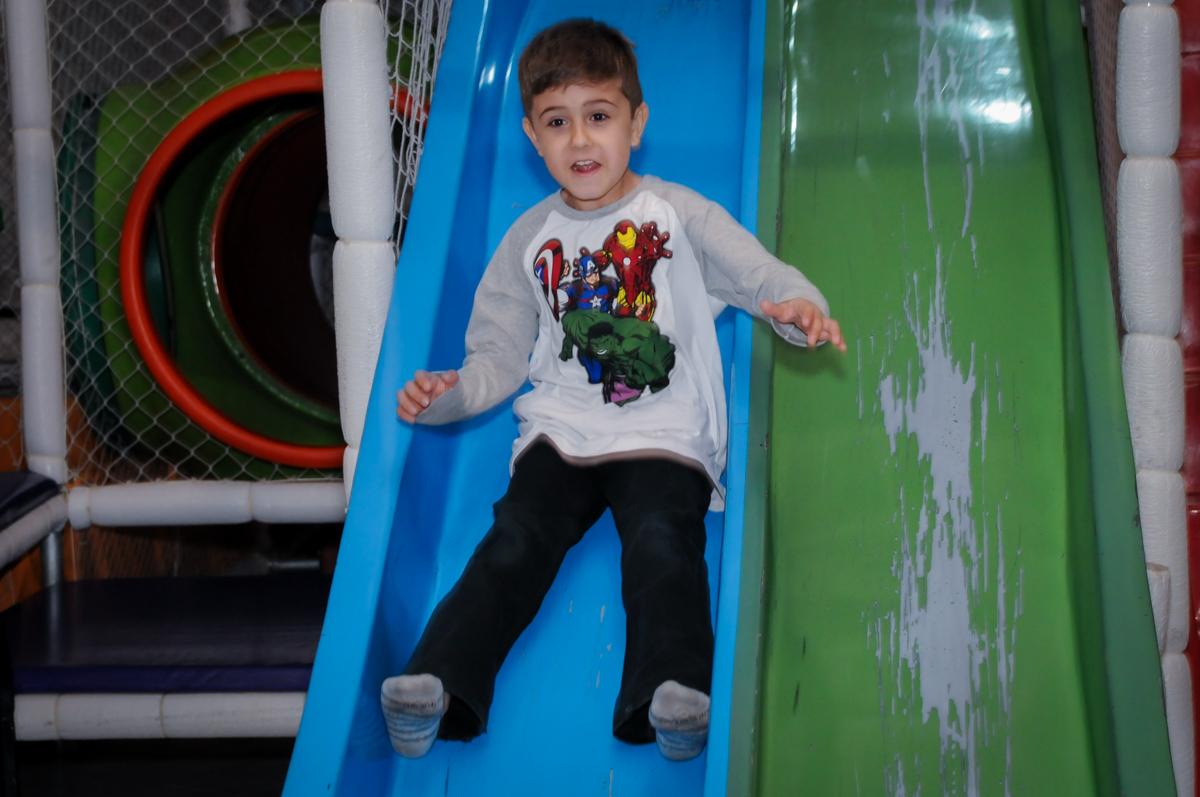 amigo brincam no escorregador no Buffet infantil  Fábrica da Alegria, osaco, SP, fotografia infantil do aniversário de Adrian 7 anos, tema da festa Iron Man