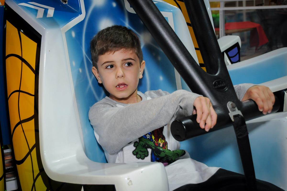 bom brincar no brinquedo elevador no Buffet infantil  Fábrica da Alegria, osaco, SP, fotografia infantil do aniversário de Adrian 7 anos, tema da festa Iron Man