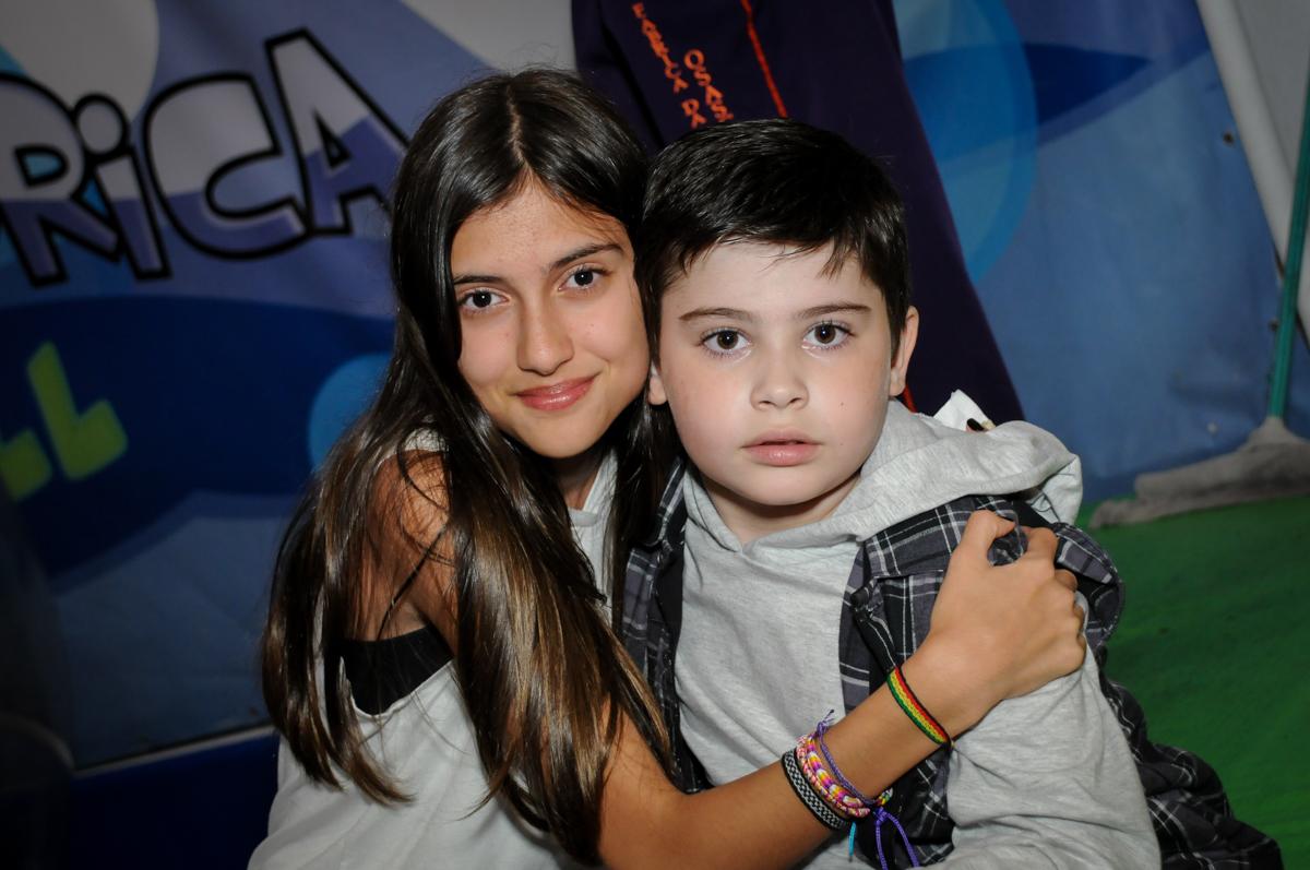 fotografia com a convidada no Buffet infantil  Fábrica da Alegria, osaco, SP, fotografia infantil do aniversário de Adrian 7 anos, tema da festa Iron Man