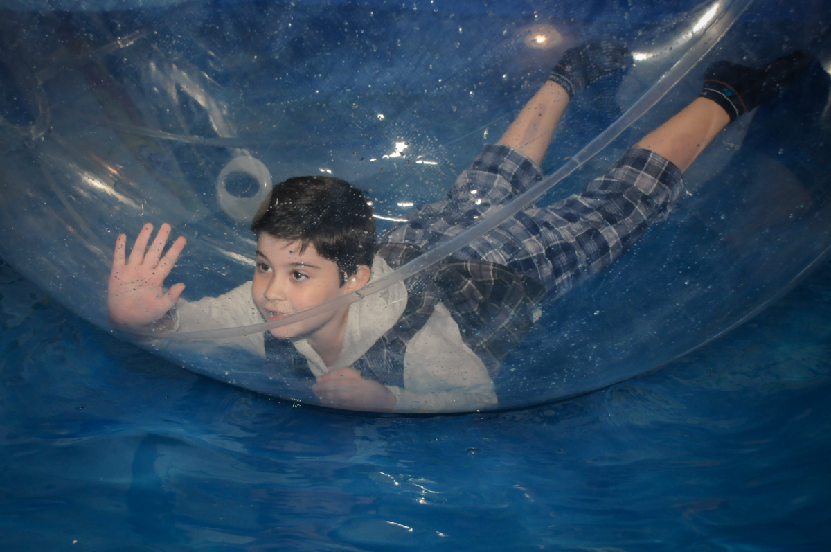 bom brincar no aquabool no Buffet infantil  Fábrica da Alegria, osaco, SP, fotografia infantil do aniversário de Adrian 7 anos, tema da festa Iron Man