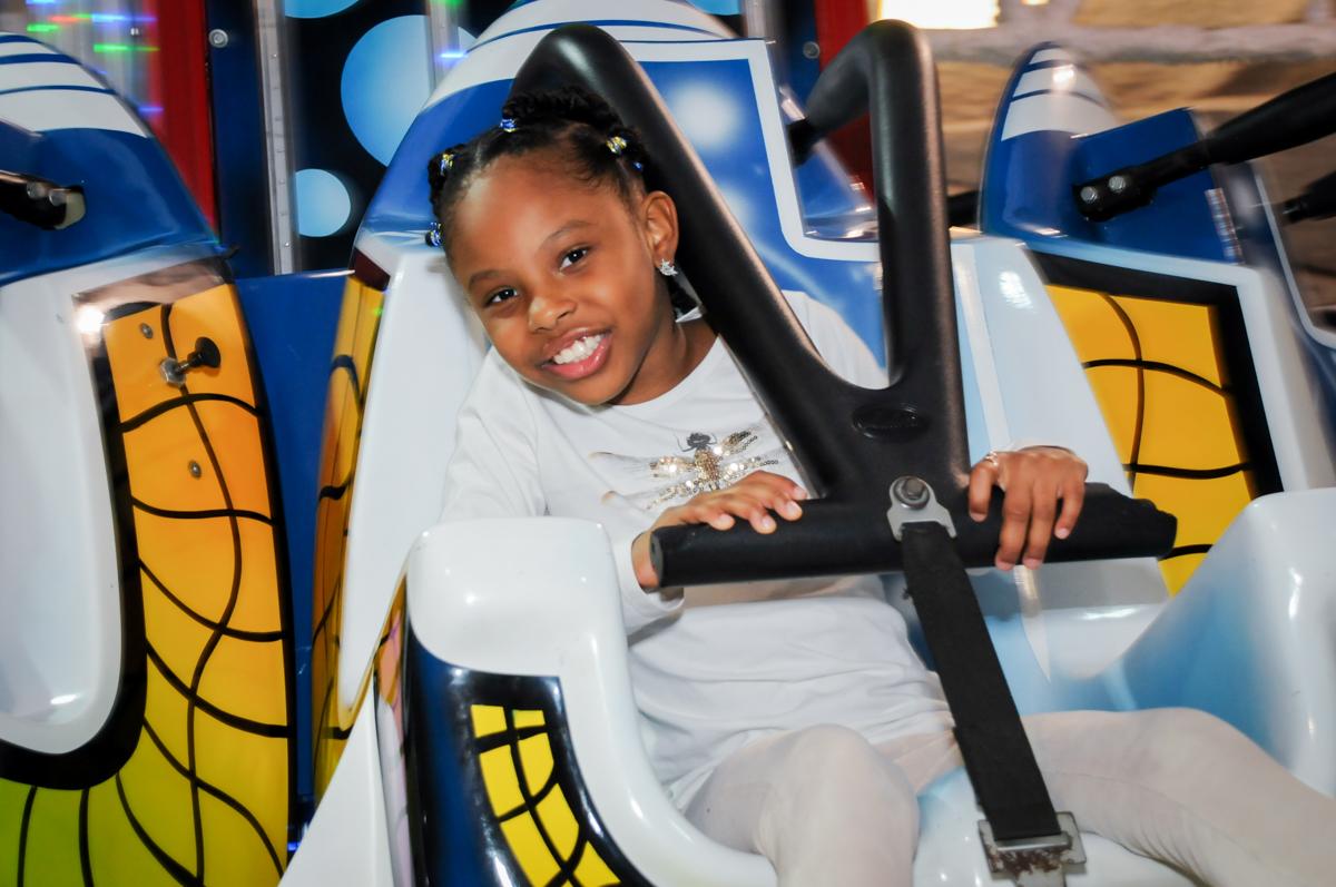 sorrisos no brinquedo elevador no Buffet infantil  Fábrica da Alegria, osaco, SP, fotografia infantil do aniversário de Adrian 7 anos, tema da festa Iron Man