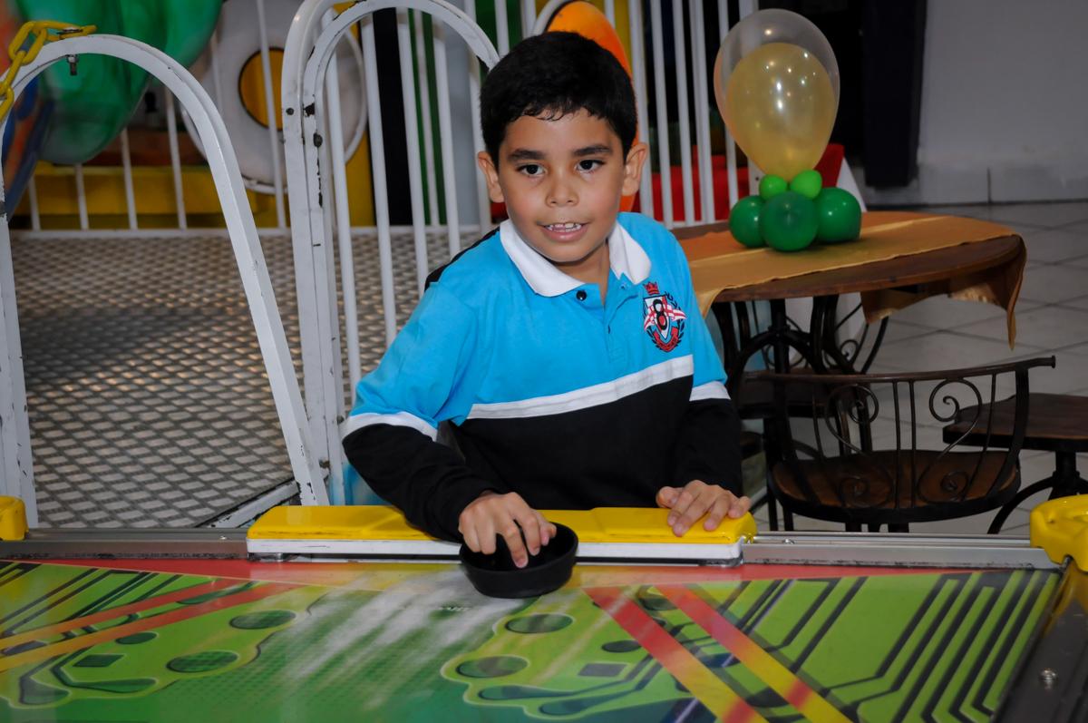jogo de futebol no Buffet infantil  Fábrica da Alegria, osaco, SP, fotografia infantil do aniversário de Adrian 7 anos, tema da festa Iron Man