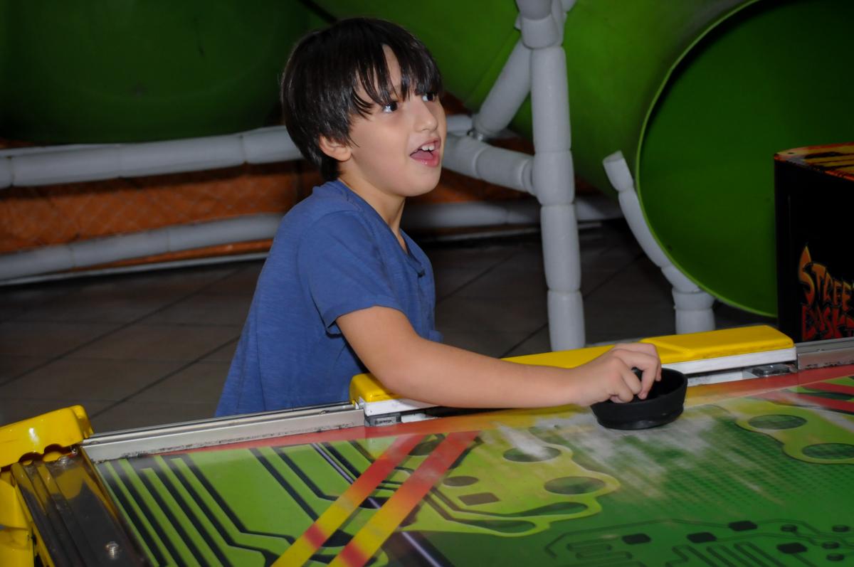 comemoração de gol no Buffet infantil  Fábrica da Alegria, osaco, SP, fotografia infantil do aniversário de Adrian 7 anos, tema da festa Iron Man