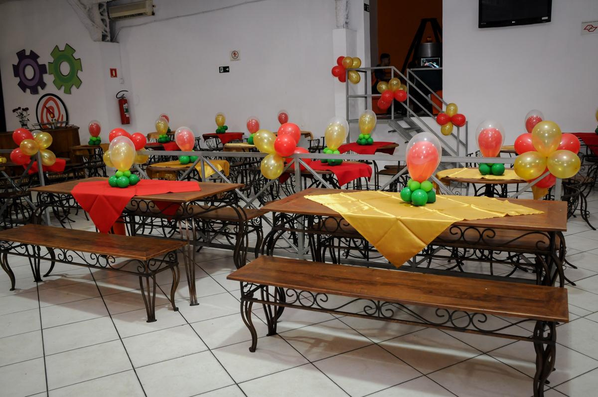 mesas decoradas com balão no Buffet infantil  Fábrica da Alegria, osaco, SP, aniversário de Adrian 7 anos, tema da festa Iron Man
