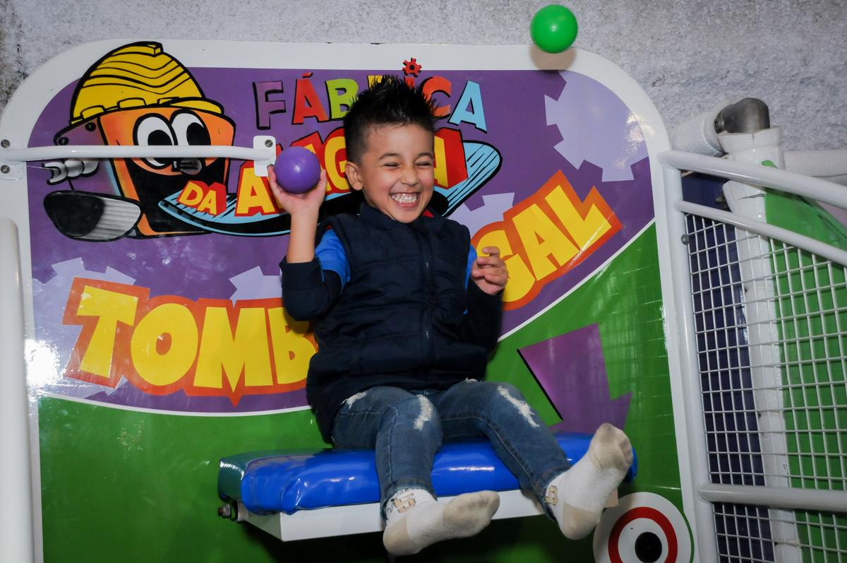 caindo no tombo legal no Buffet infantil  Fábrica da Alegria, osaco, SP, fotografia infantil do aniversário de Adrian 7 anos, tema da festa Iron Man