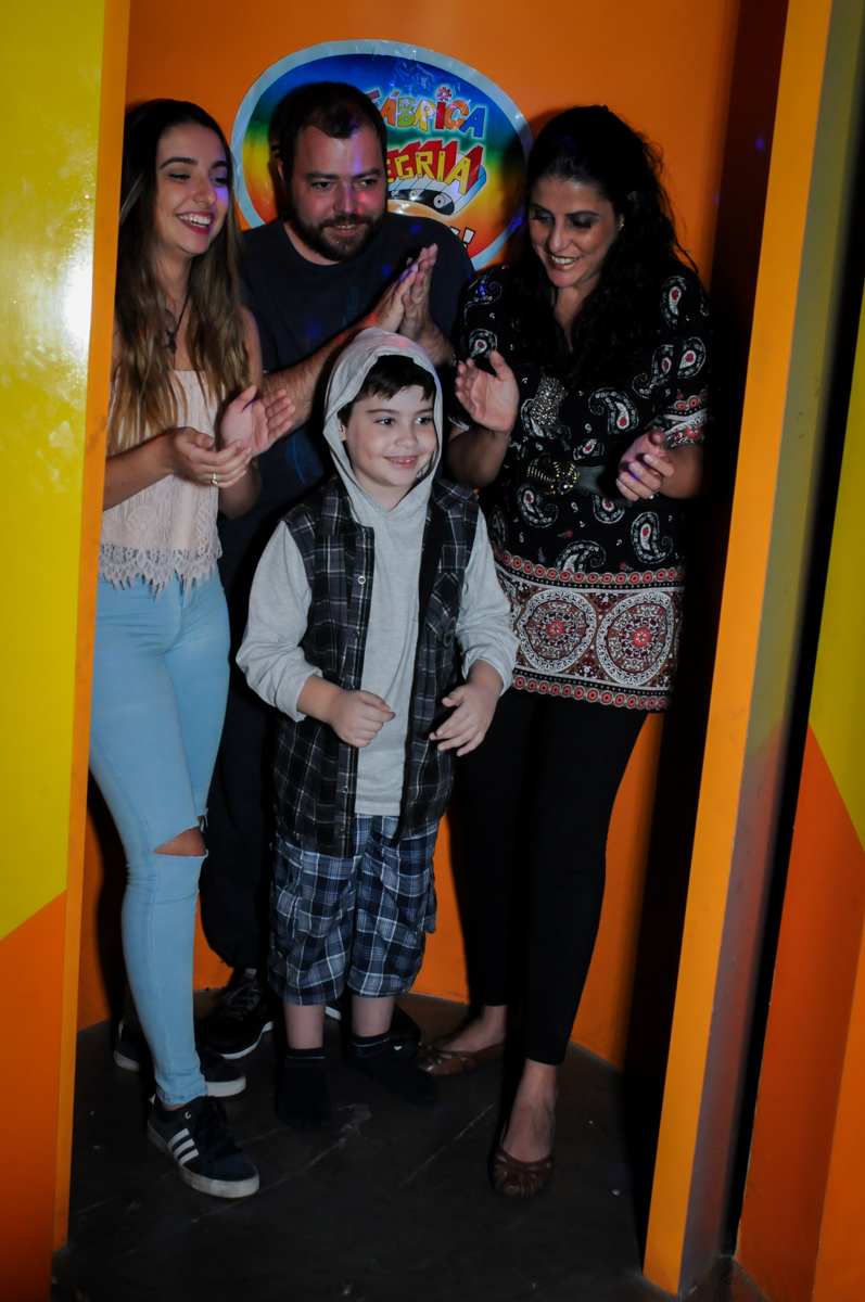 saindo da máquina do parabéns no Buffet infantil  Fábrica da Alegria, osaco, SP, fotografia infantil do aniversário de Adrian 7 anos, tema da festa Iron Man