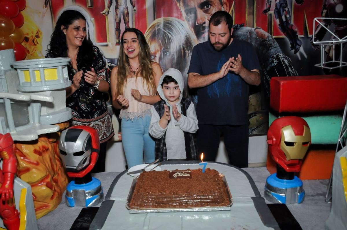 cantando parabéns no Buffet infantil  Fábrica da Alegria, osaco, SP, fotografia infantil do aniversário de Adrian 7 anos, tema da festa Iron Man