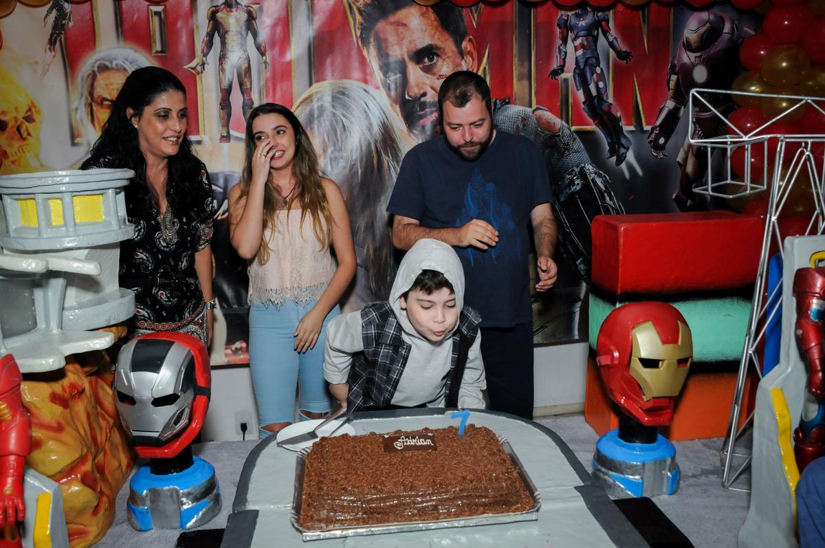 soprando a vela do bolo no Buffet infantil  Fábrica da Alegria, osaco, SP, fotografia infantil do aniversário de Adrian 7 anos, tema da festa Iron Man