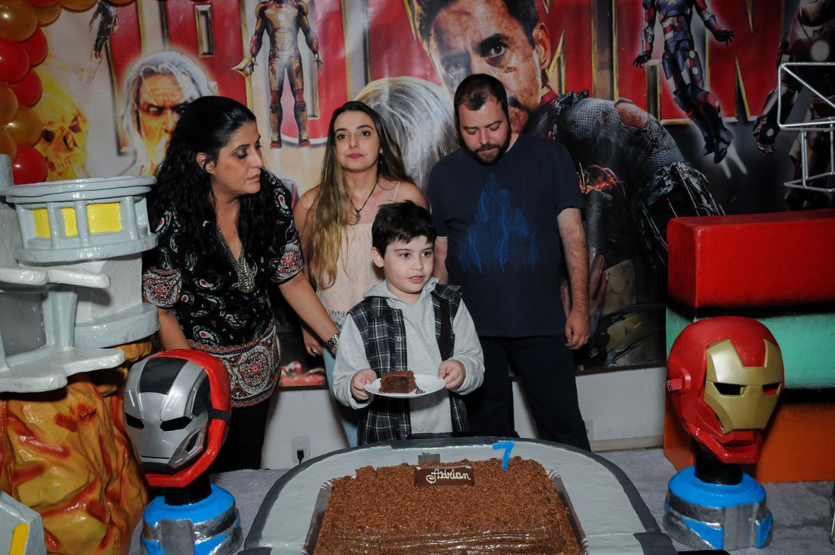 cortando o primeiro pedaço de bolo no Buffet infantil  Fábrica da Alegria, osaco, SP, fotografia infantil do aniversário de Adrian 7 anos, tema da festa Iron Man