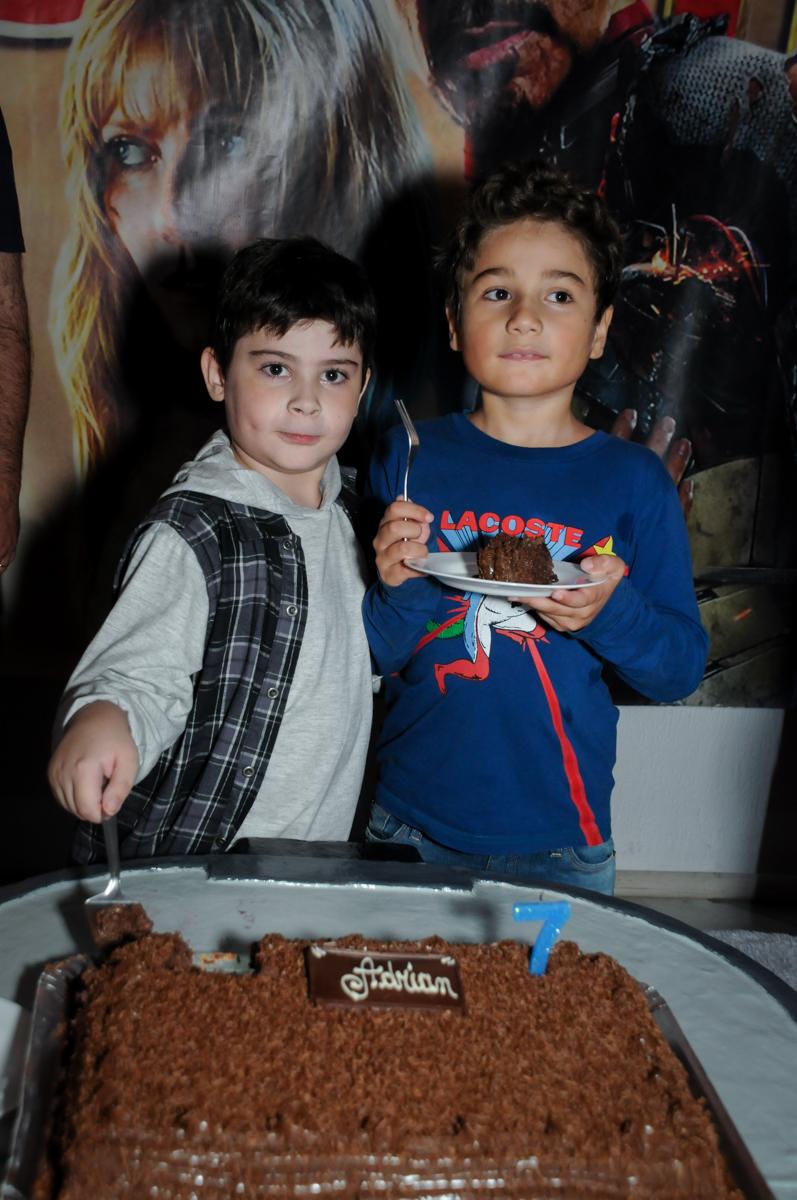 amigo ganha o primeiro pedaço de bolo no Buffet infantil  Fábrica da Alegria, osaco, SP, fotografia infantil do aniversário de Adrian 7 anos, tema da festa Iron Man
