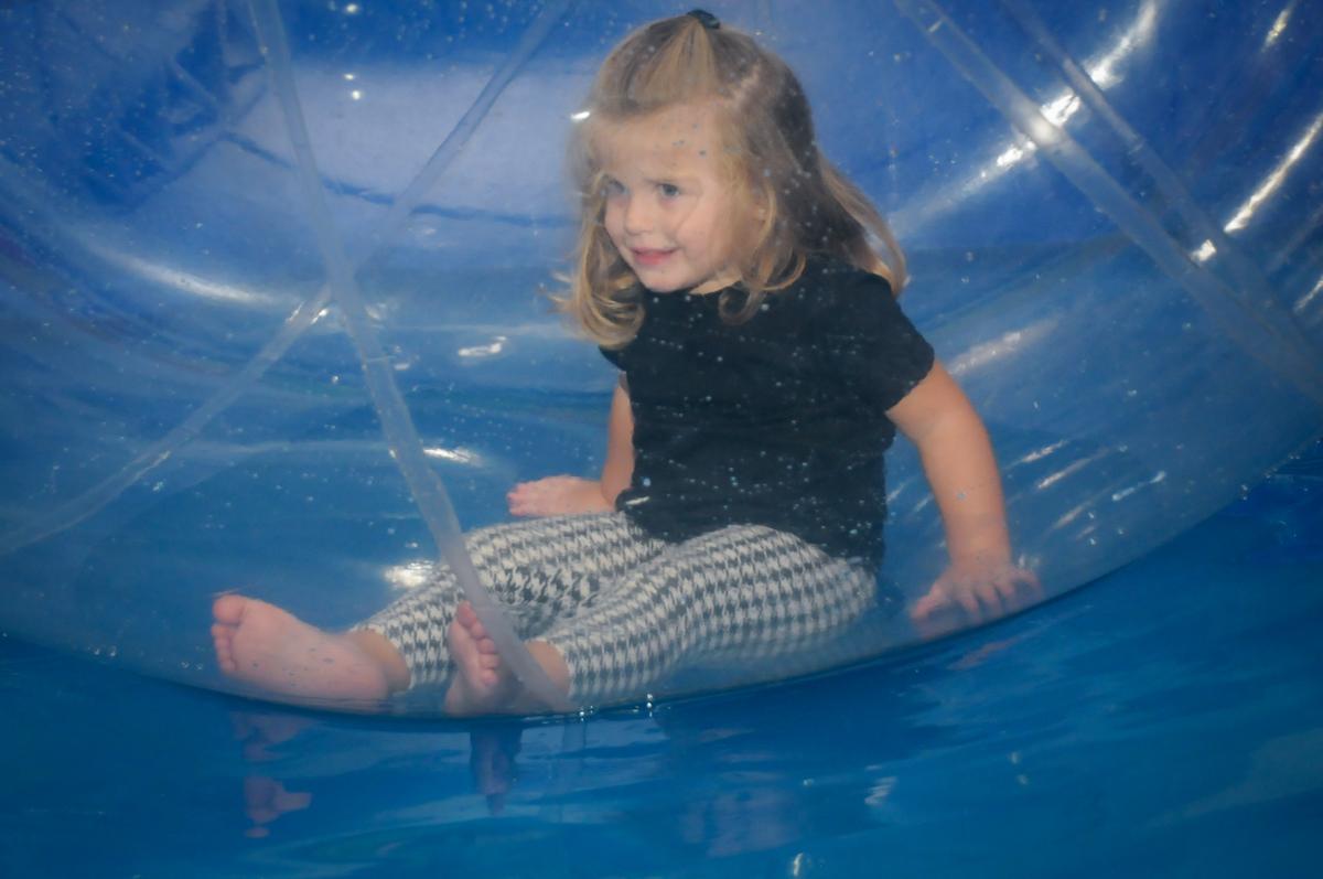amiga brinca no aquabol no Buffet infantil  Fábrica da Alegria, osaco, SP, fotografia infantil do aniversário de Adrian 7 anos, tema da festa Iron Man