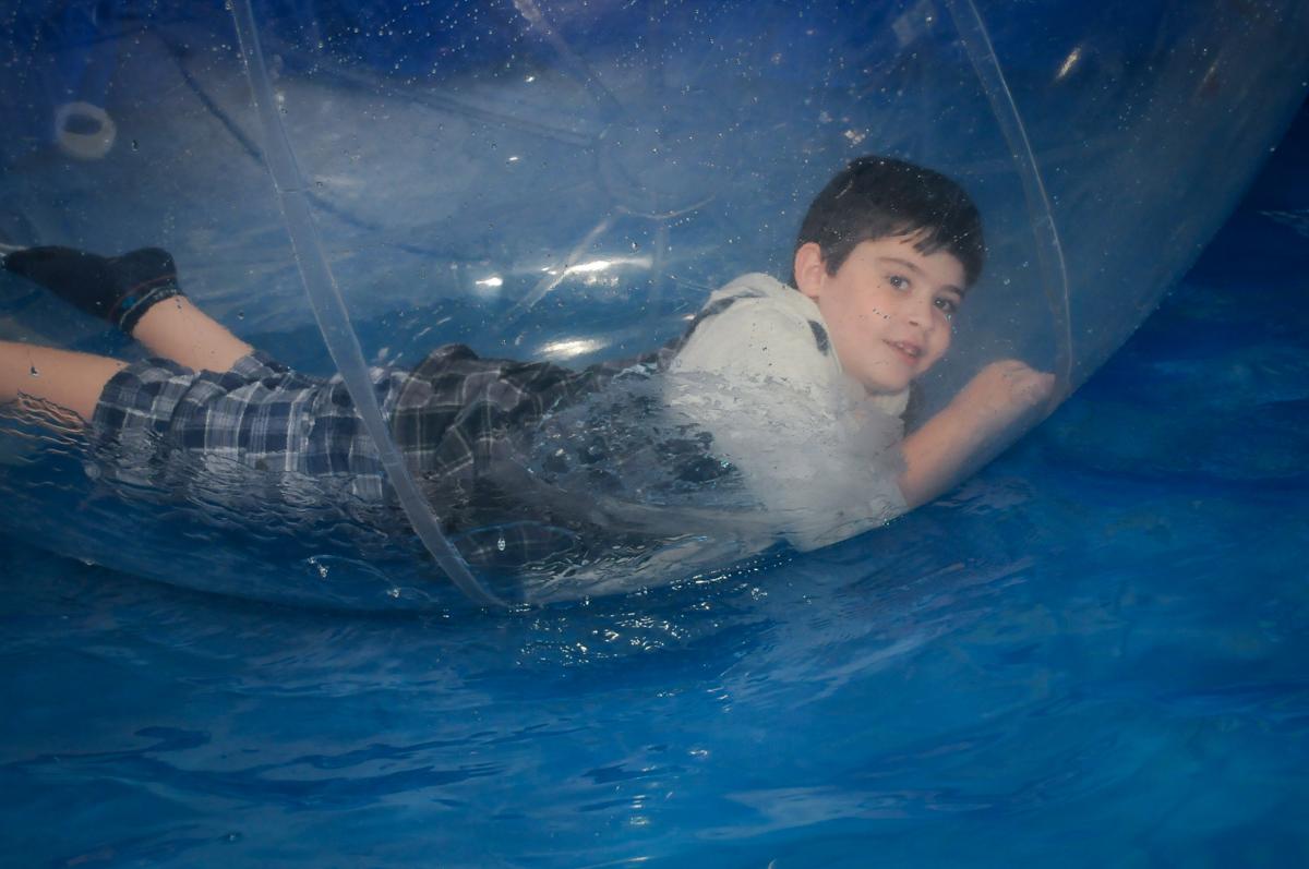 aniversariante se diverte no aquabol no Buffet infantil  Fábrica da Alegria, osaco, SP, fotografia infantil do aniversário de Adrian 7 anos, tema da festa Iron Man