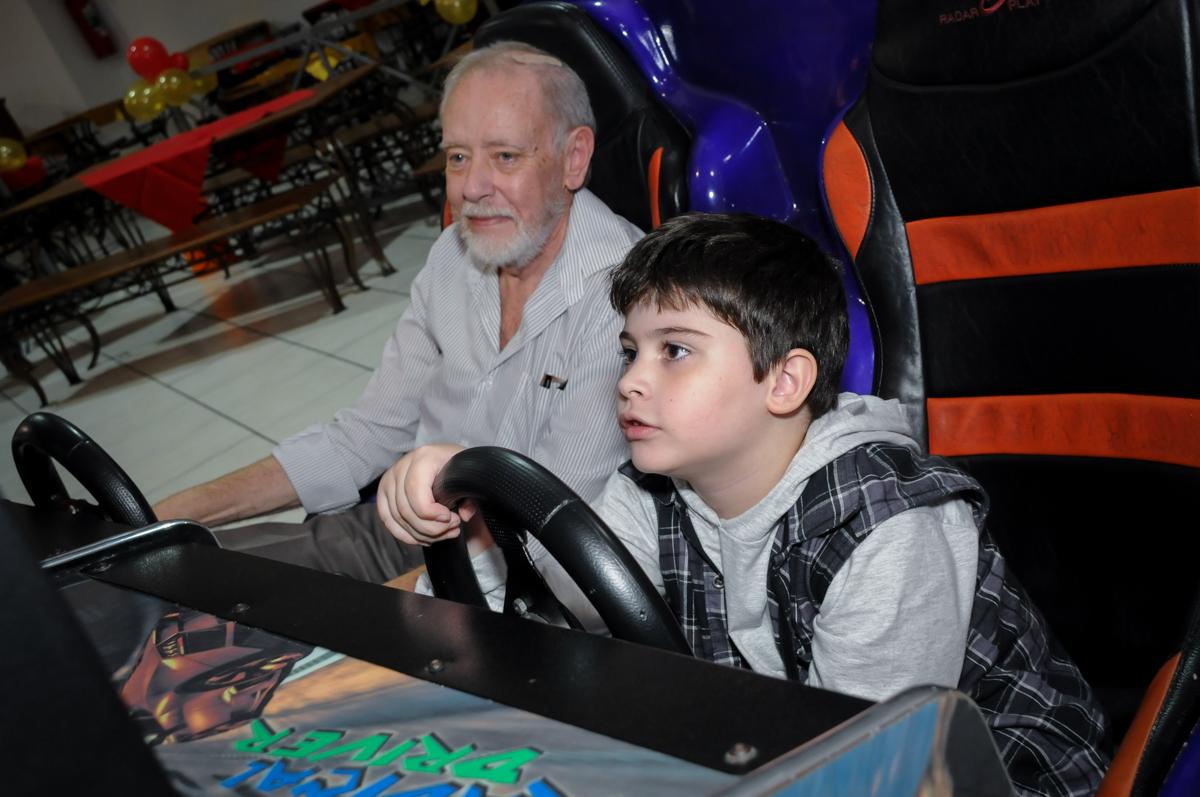 dirigindo o carro de corridas no Buffet infantil  Fábrica da Alegria, osaco, SP, fotografia infantil do aniversário de Adrian 7 anos, tema da festa Iron Man