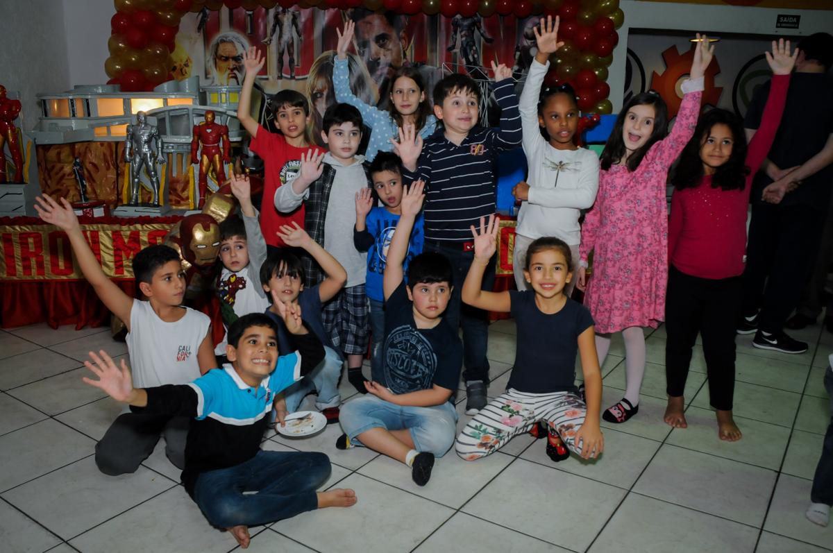 fotografia dos amigos no final da festa no Buffet infantil  Fábrica da Alegria, osaco, SP, fotografia infantil do aniversário de Adrian 7 anos, tema da festa Iron Man