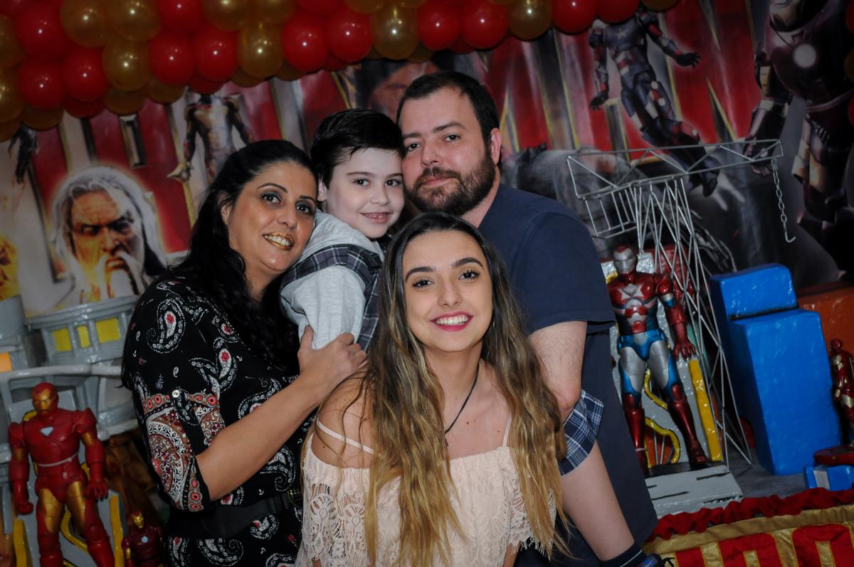 fotografia da família no Buffet infantil  Fábrica da Alegria, osaco, SP, fotografia infantil do aniversário de Adrian 7 anos, tema da festa Iron Man