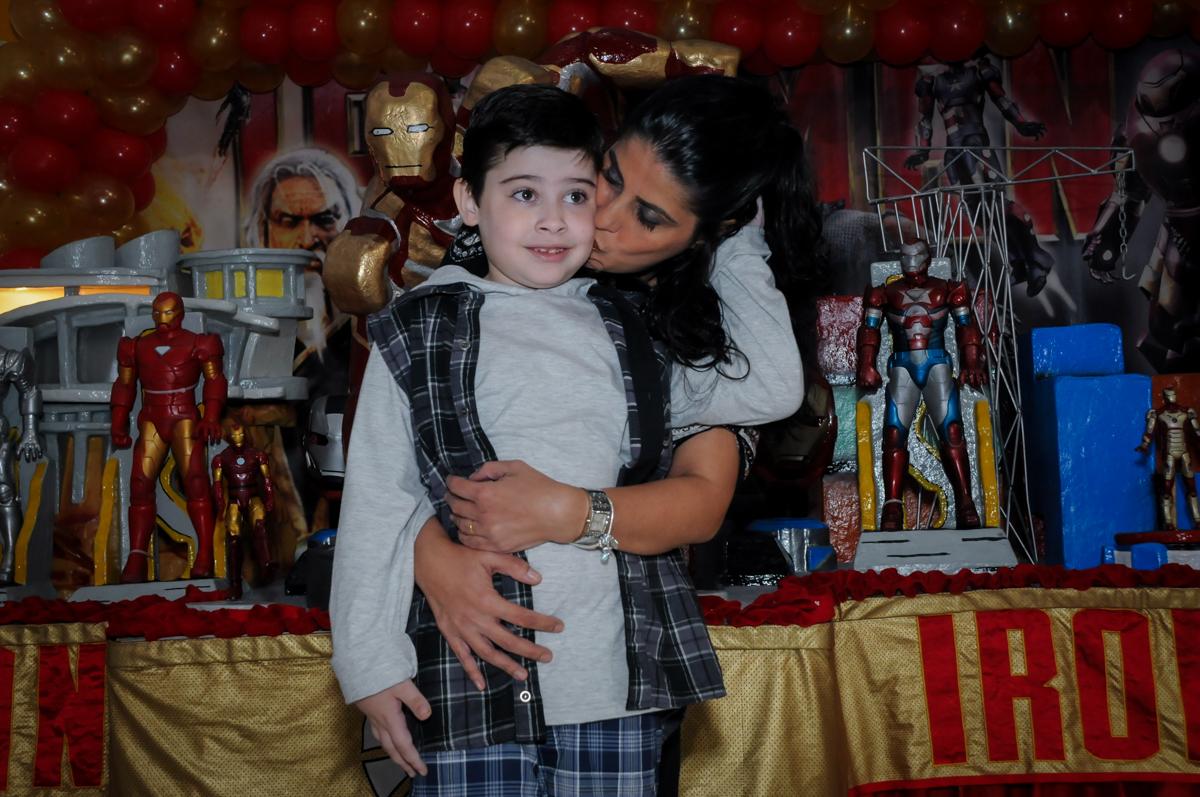 foto mãe e filho no Buffet infantil  Fábrica da Alegria, osaco, SP, fotografia infantil do aniversário de Adrian 7 anos, tema da festa Iron Man