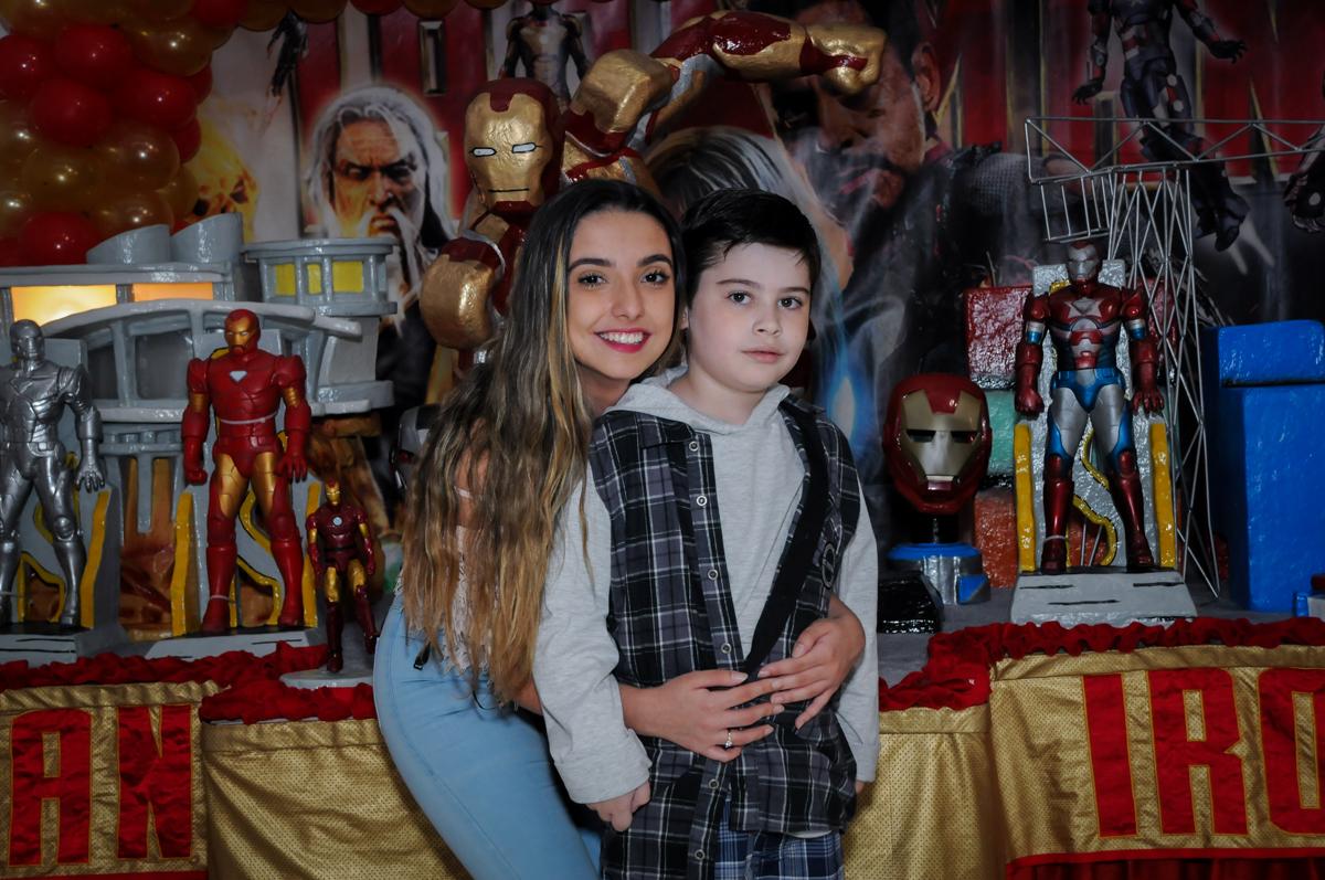 fotografia irma e aniversariante no Buffet infantil  Fábrica da Alegria, osaco, SP, fotografia infantil do aniversário de Adrian 7 anos, tema da festa Iron Man