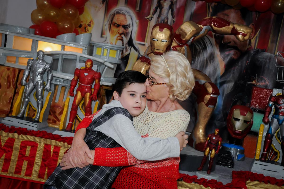 beijo gostoso da vovó no Buffet infantil  Fábrica da Alegria, osaco, SP, fotografia infantil do aniversário de Adrian 7 anos, tema da festa Iron Man