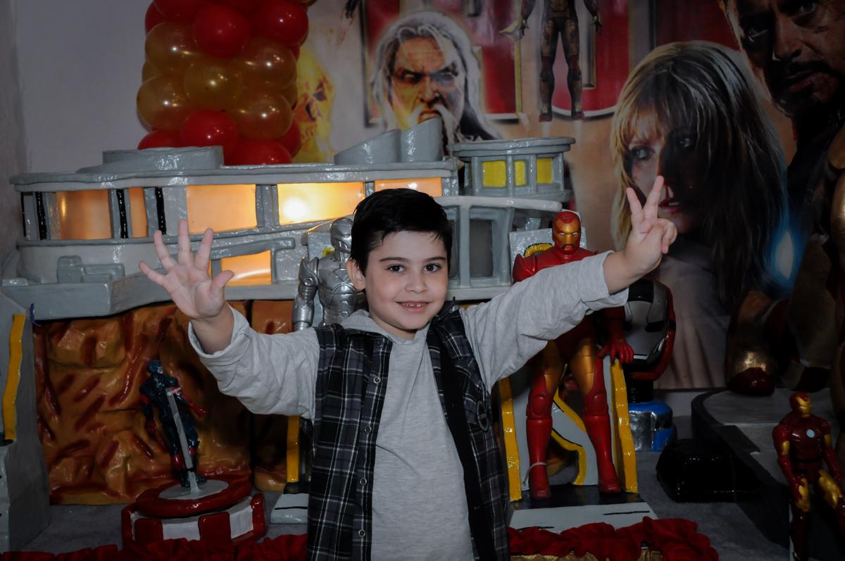 pose para fotografia no Buffet infantil  Fábrica da Alegria, osaco, SP, fotografia infantil do aniversário de Adrian 7 anos, tema da festa Iron Man