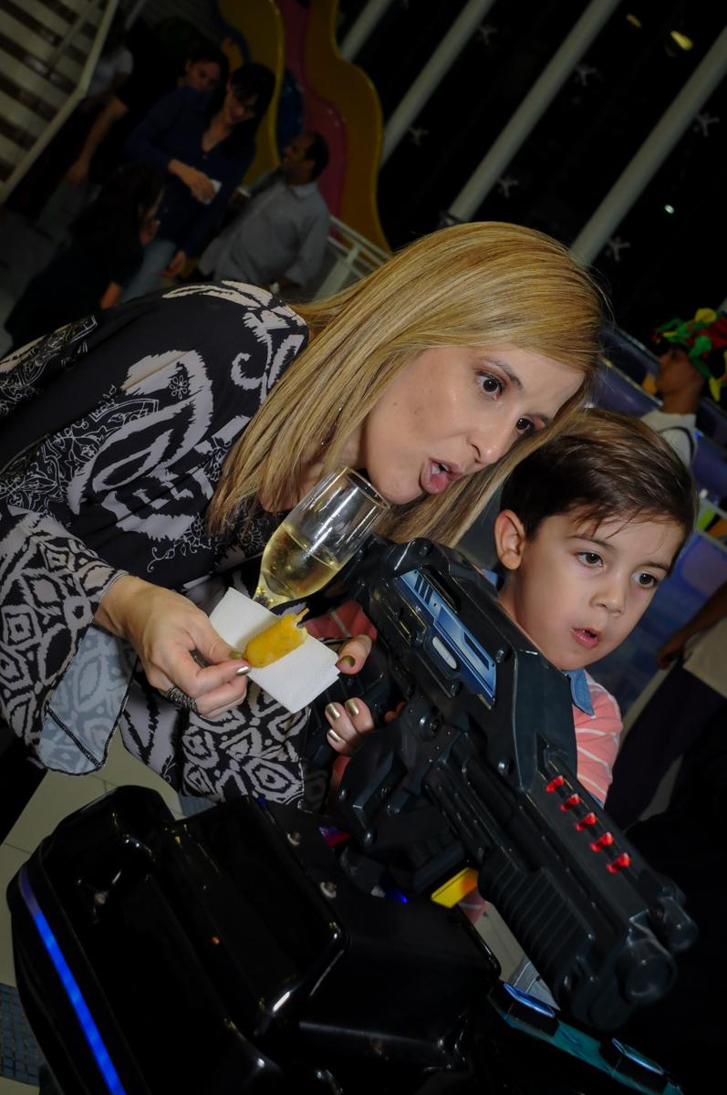 mamãe-se-diverte-com-jogo-noBuffet-max-mania-panambi-são-paulo-festa-infantil-aniversário-davi-5-anos-tema-da-festa-poken-mon