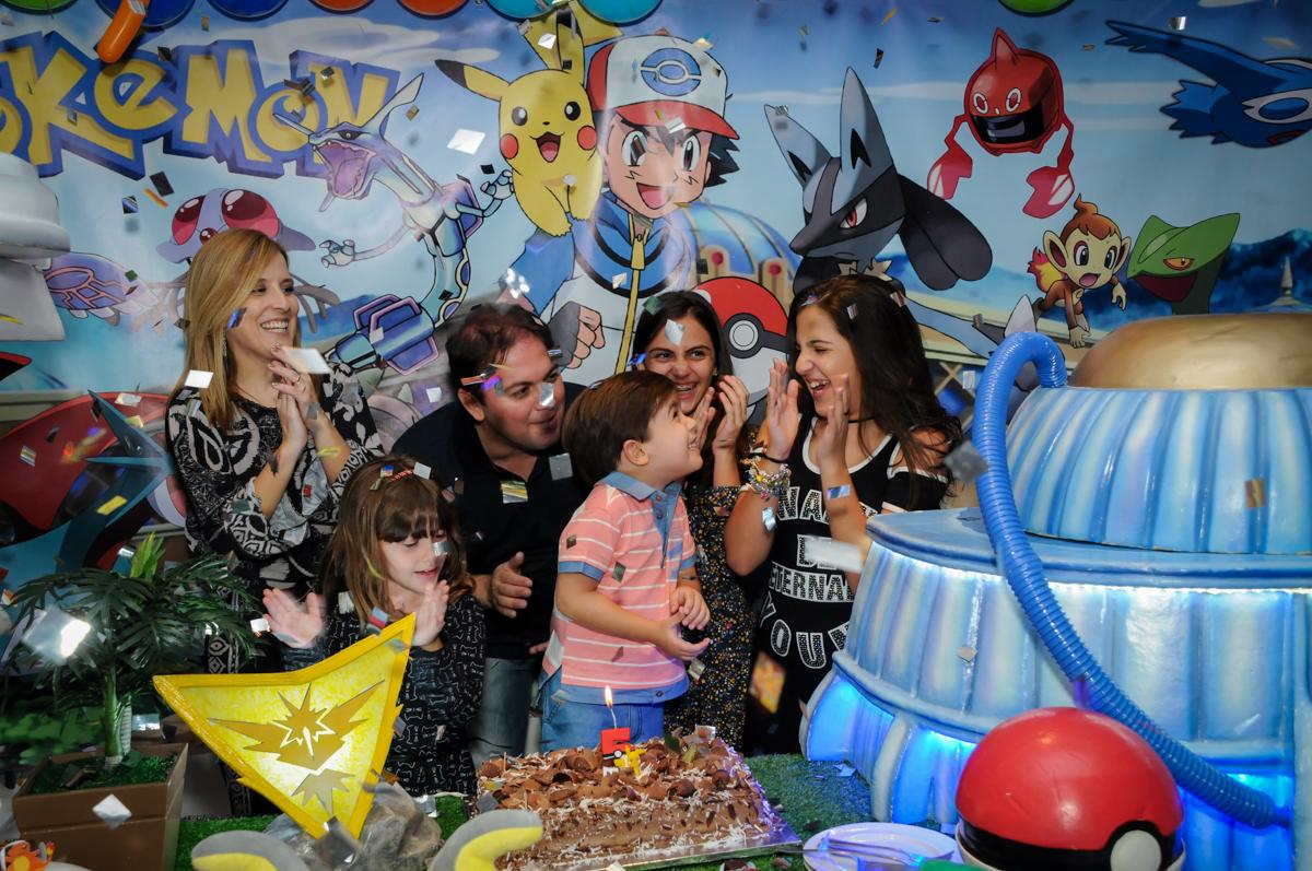 chuva-de-papel-picado-na-hora-do-parabéns-no-Buffet-max-mania-panambi-são-paulo-festa-infantil-aniversário-davi-5-anos-tema-da-festa-poken-mon
