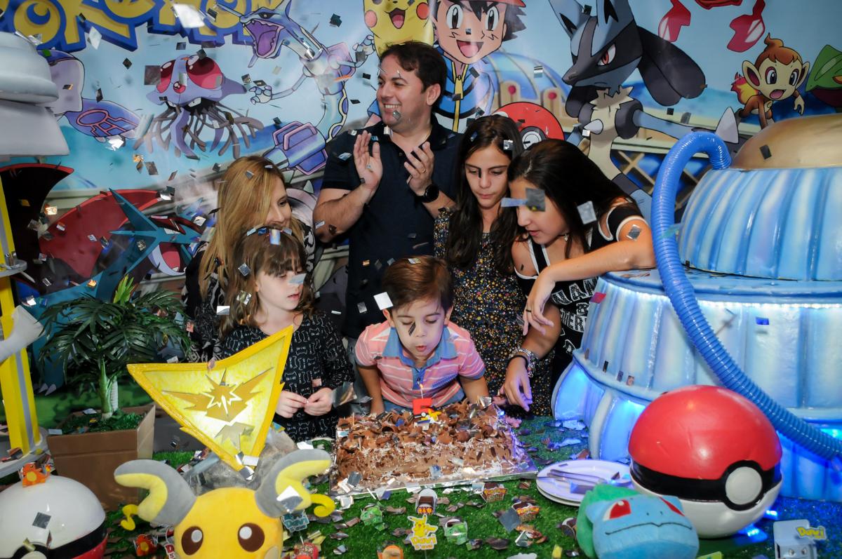 soprando-a-vela-do-bolo-no-Buffet-max-mania-panambi-são-paulo-festa-infantil-aniversário-davi-5-anos-tema-da-festa-poken-mon