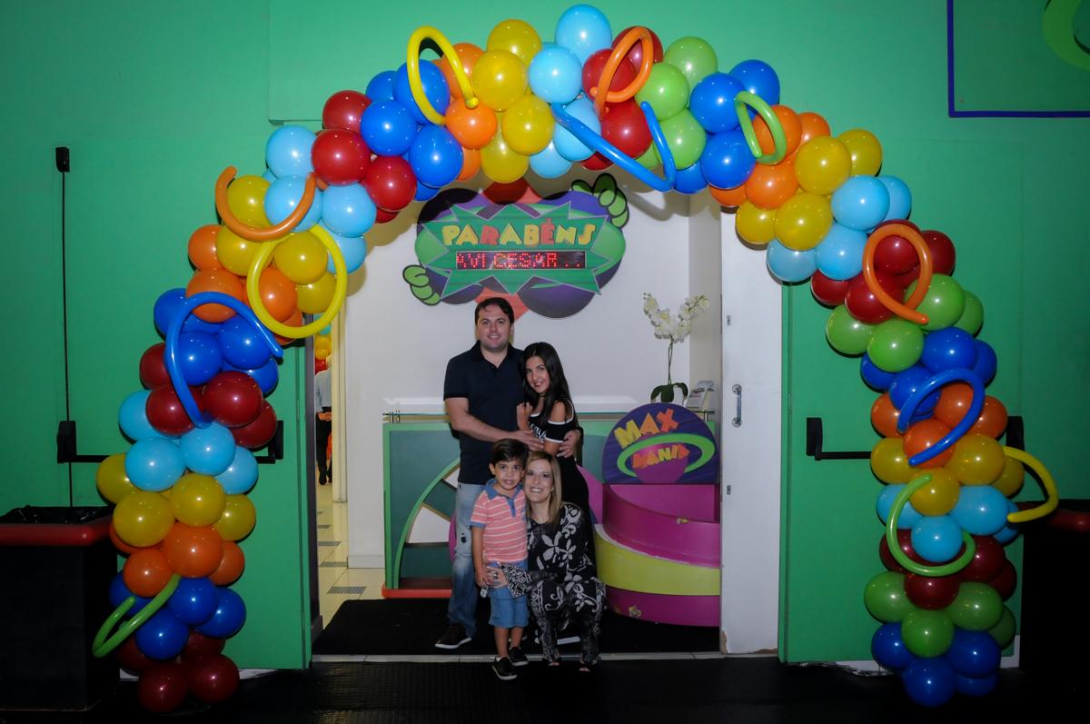 fotografia-da-família-no-arco-de-bexigas-Buffet-max-mania-panambi-são-paulo-festa-infantil-aniversário-davi-5-anos-tema-da-festa-poken-mon