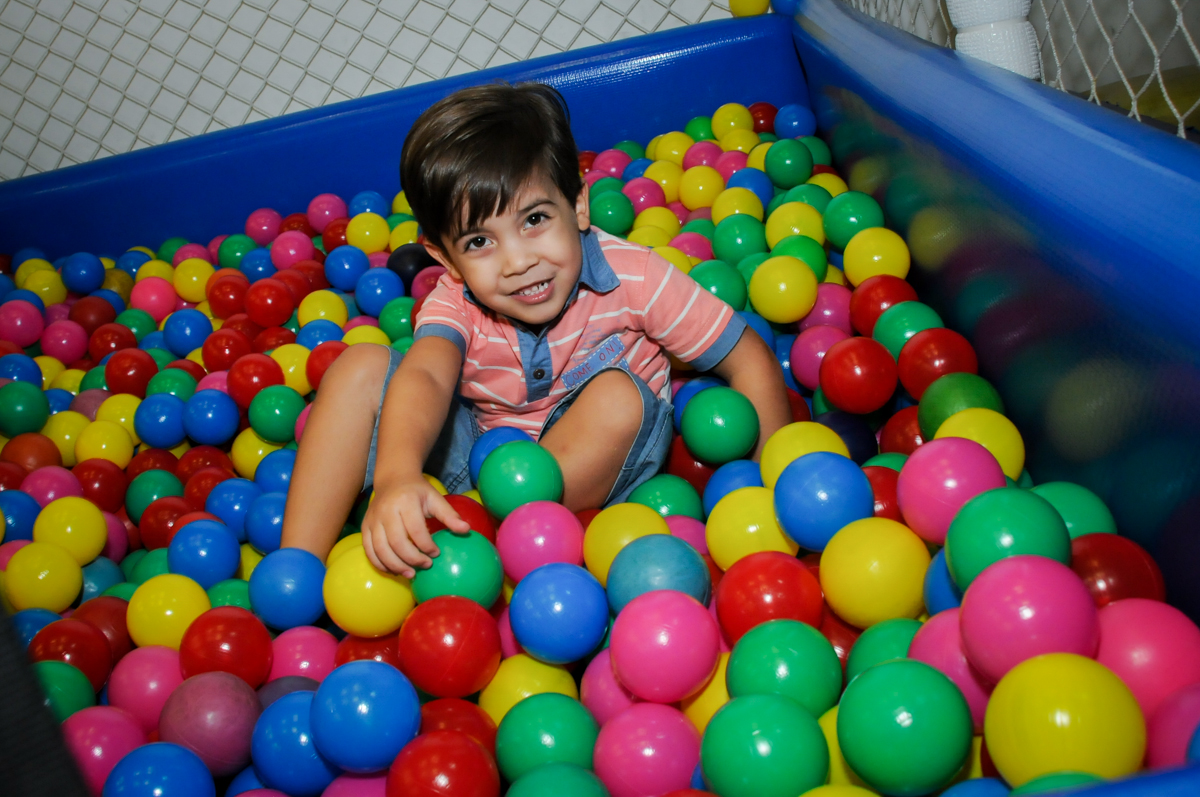 brincando-napiscina-de-bolinha-no-Buffet-max-mania-panambi-são-paulo-festa-infantil-aniversário-davi-5-anos-tema-da-festa-poken-mon