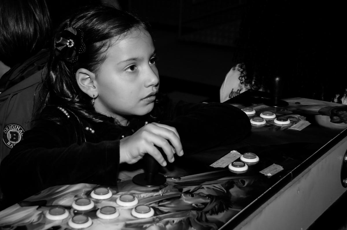 brincando-nos-jogos-no-buffet-doce-mel-kids-fotografia-fimagem-infantil-aniversario-isabella-7-anos-tema-da-festa-lad-bug