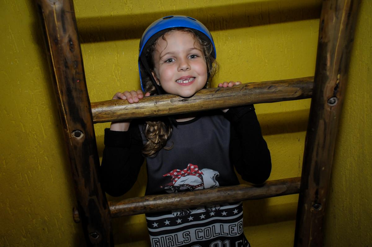 posando-para-fotografia-no-buffet-doce-mel-kids-fotografia-fimagem-infantil-aniversario-isabella-7-anos-tema-da-festa-lad-bug