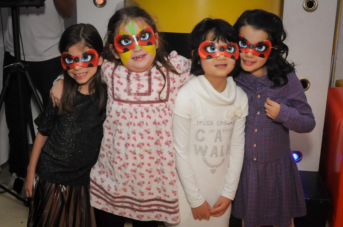 criançada-de-máscara-no-buffet-doce-mel-kids-fotografia-fimagem-infantil-aniversario-isabella-7-anos-tema-da-festa-lad-bug