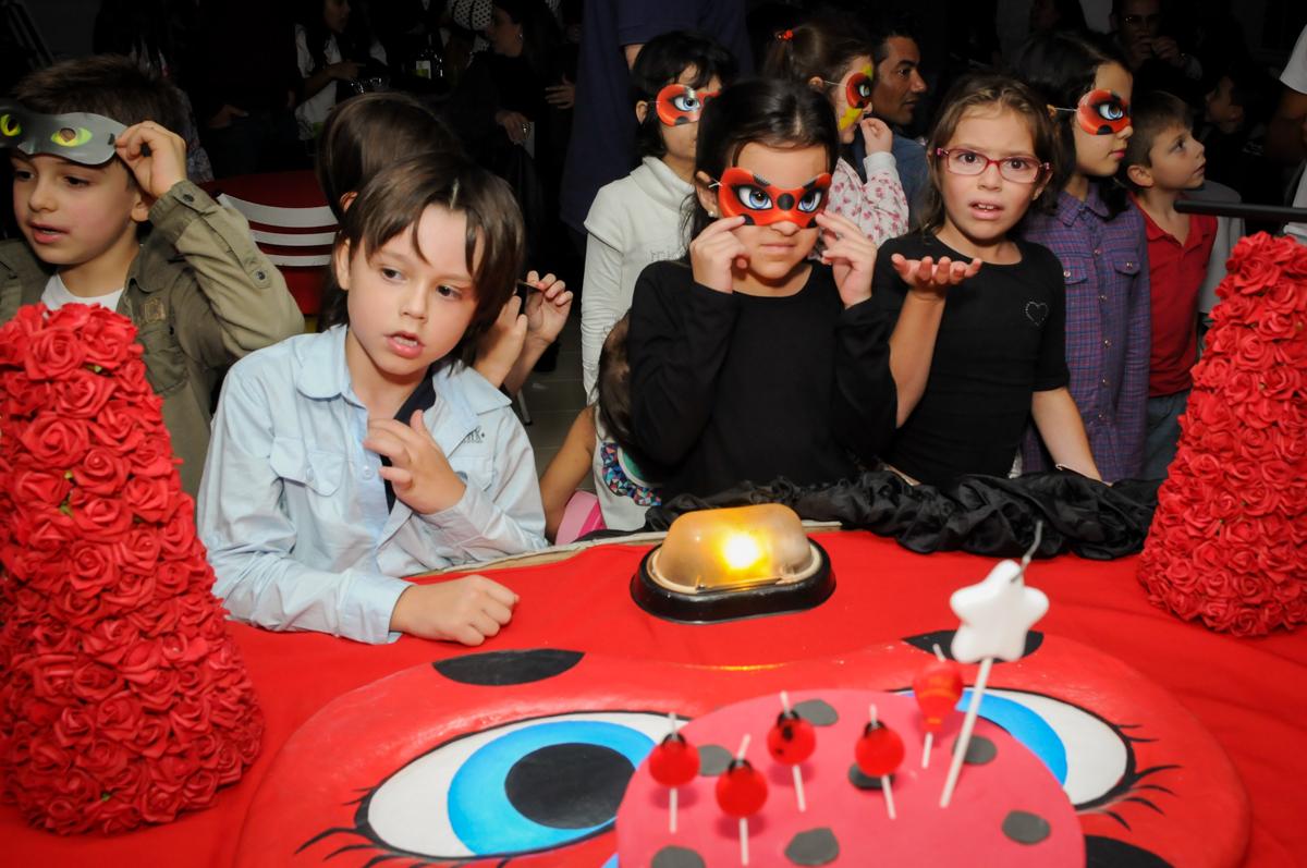 preparando-para-o-parabéns-no-buffet-doce-mel-kids-fotografia-fimagem-infantil-aniversario-isabella-7-anos-tema-da-festa-lad-bug