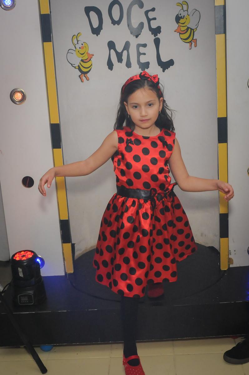 saindo-da-máqyuna-do-parabéns-no-buffet-doce-mel-kids-fotografia-fimagem-infantil-aniversario-isabella-7-anos-tema-da-festa-lad-bug