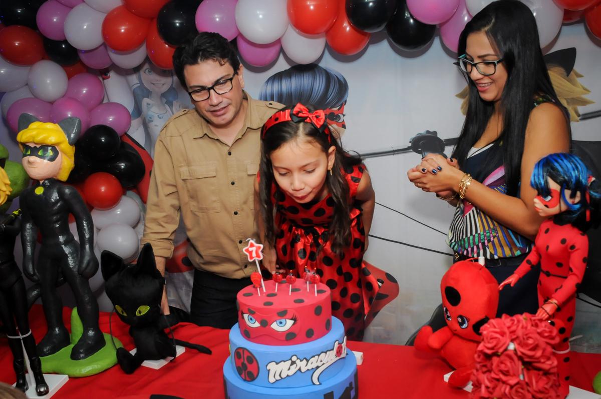 soprano-a-vela-do-bolo-no-buffet-doce-mel-kids-fotografia-fimagem-infantil-aniversario-isabella-7-anos-tema-da-festa-lad-bug