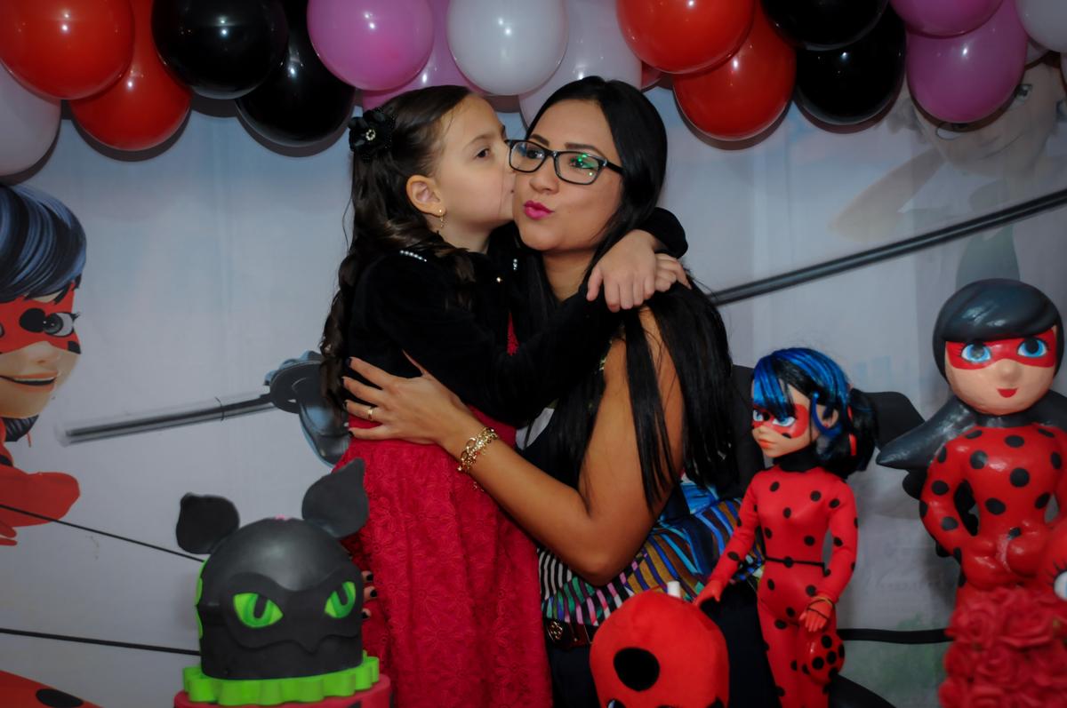 fotografia-mãe-filha-nobuffet-doce-mel-kids-fotografia-fimagem-infantil-aniversario-isabella-7-anos-tema-da-festa-lad-bug