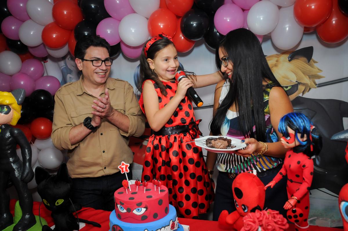 mamãe-ganha-primeiro-pedaço-de-bolo-nobuffet-doce-mel-kids-fotografia-fimagem-infantil-aniversario-isabella-7-anos-tema-da-festa-lad-bug