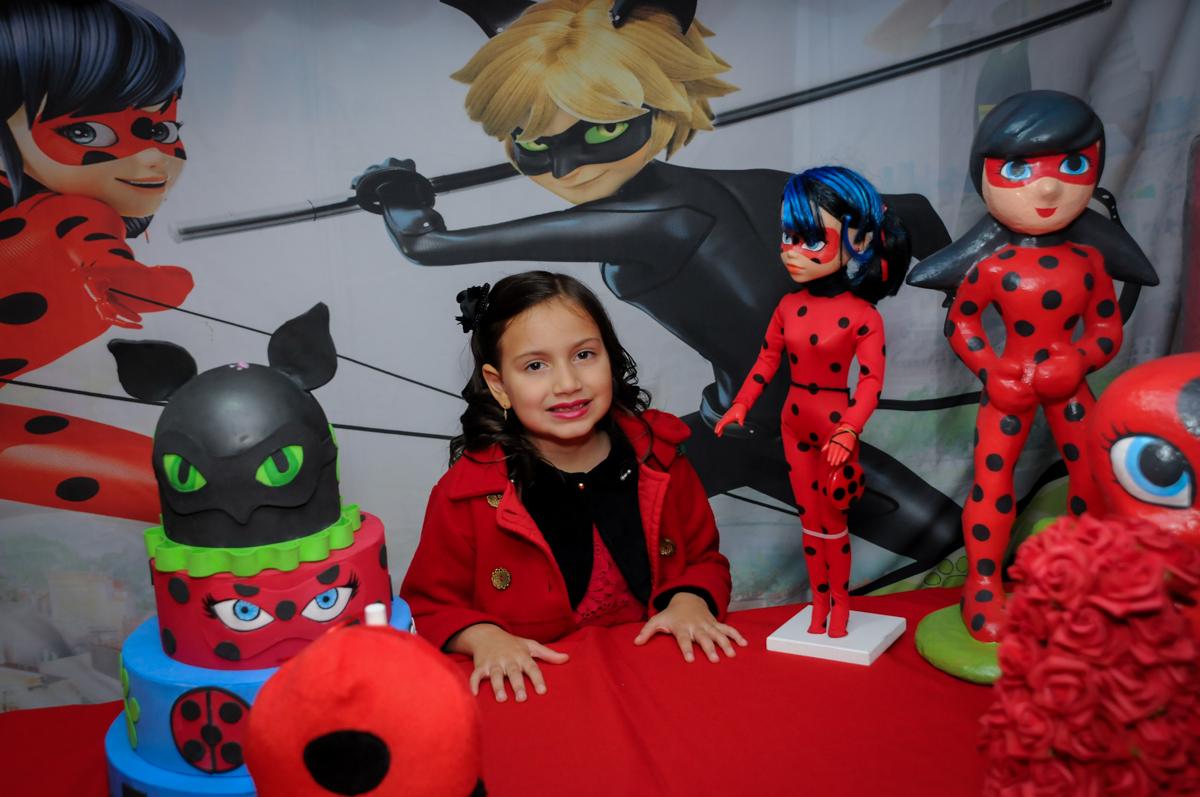 pose-para-foto-no-buffet-doce-mel-kids-fotografia-fimagem-infantil-aniversario-isabella-7-anos-tema-da-festa-lad-bug