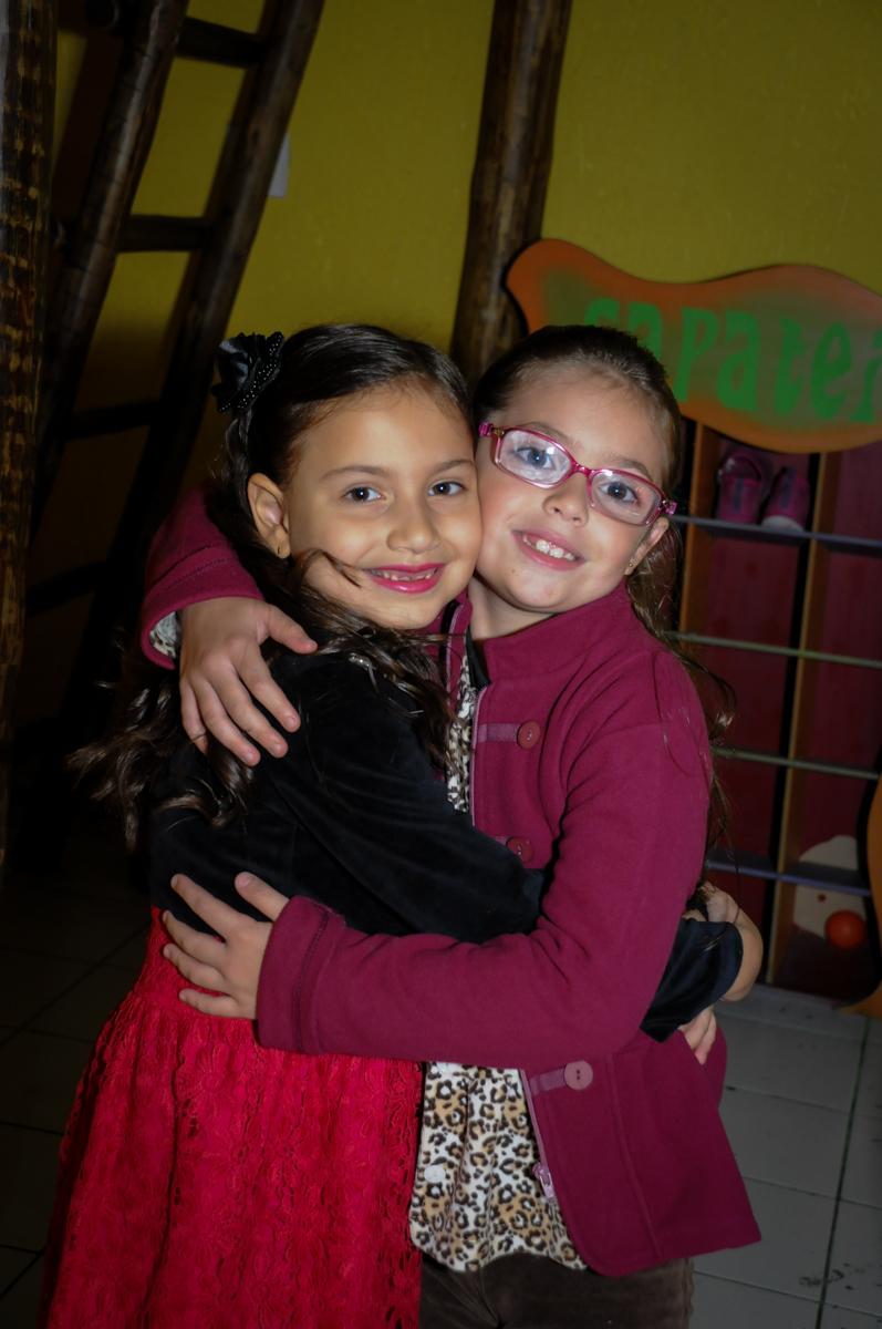 recebendo-amiga-com-abraço-no-buffet-doce-mel-kids-fotografia-fimagem-infantil-aniversario-isabella-7-anos-tema-da-festa-lad-bug