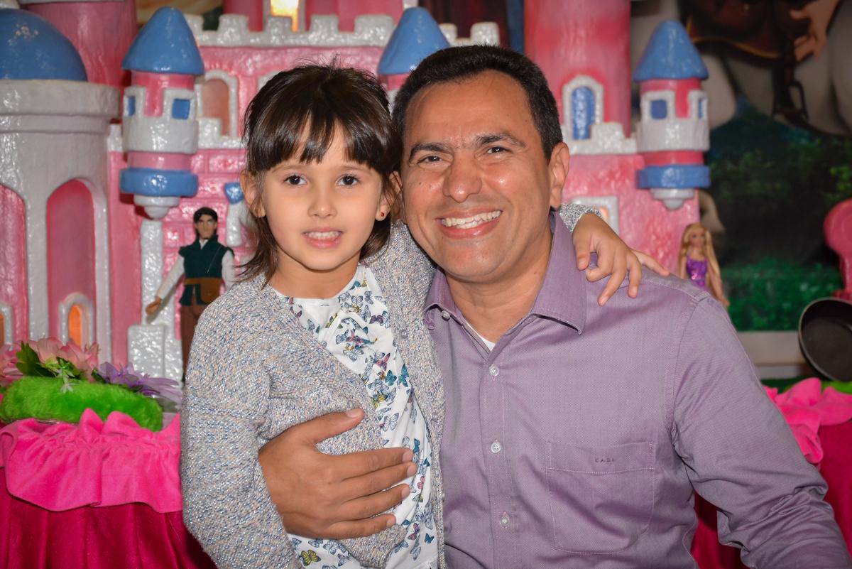 fotografia-pai-e-filha-no-buffet-magic-joy-saude-sao-paulo-sp-fotografia-infantil-aniversario-de-isadora-6-anos-tema-da-festa-rapunzel