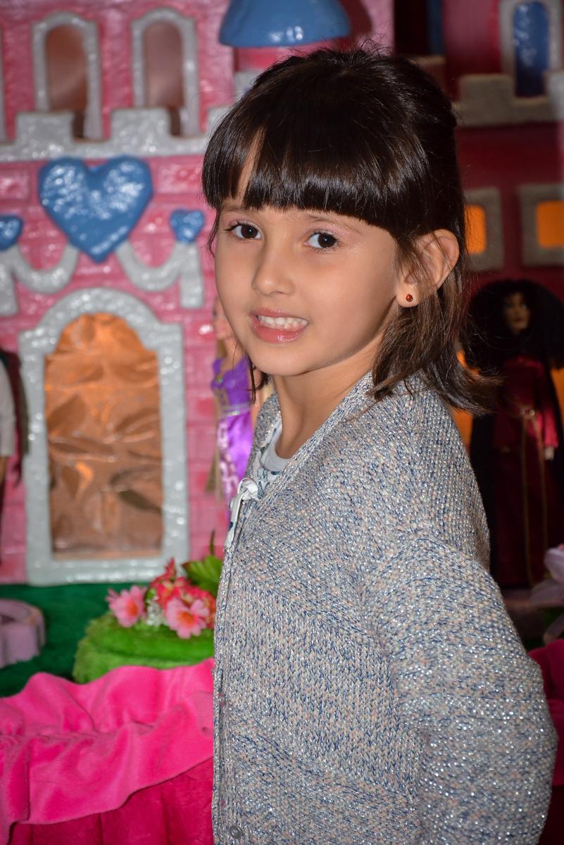 foto-da-aniversariante-no-buffet-magic-joy-saude-sao-paulo-sp-fotografia-infantil-aniversario-de-isadora-6-anos-tema-da-festa-rapunzel