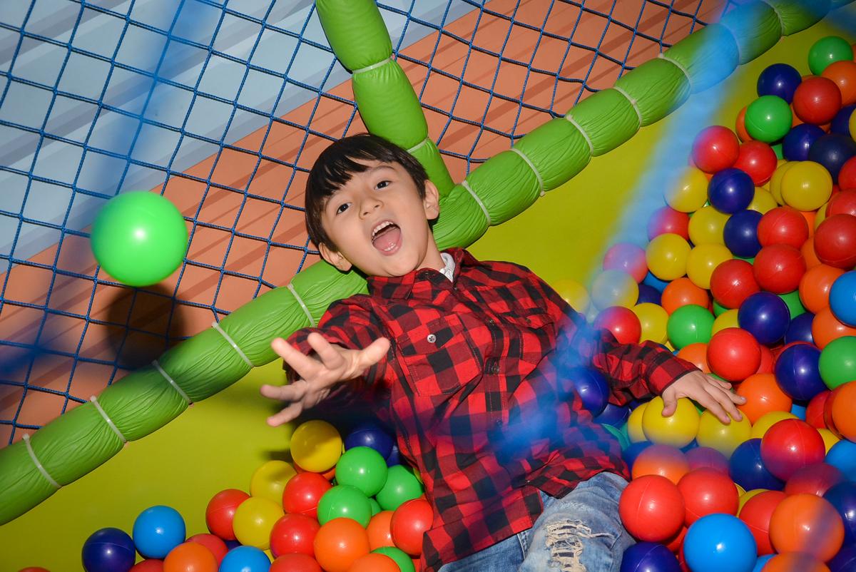 muito-bom-brincar-na-piscina-de-bolinha-no-buffet-magic-joy-saude-sao-paulo-sp-fotografia-infantil-aniversario-de-isadora-6-anos-tema-da-festa-rapunzel