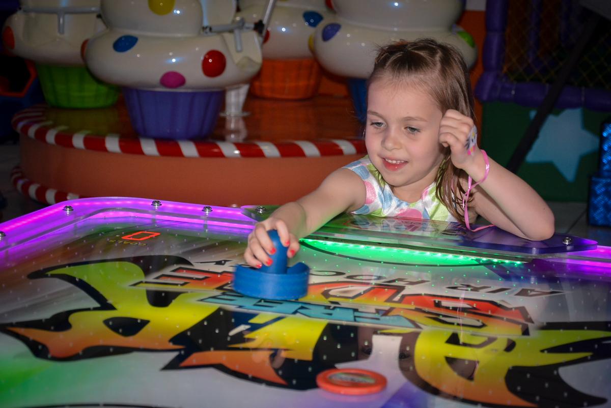 jogo-de-futebol-no-buffet-magic-joy-saude-sao-paulo-sp-fotografia-infantil-aniversario-de-isadora-6-anos-tema-da-festa-rapunzel